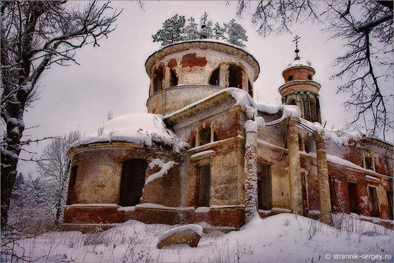 Древний храм в зимнем лесу