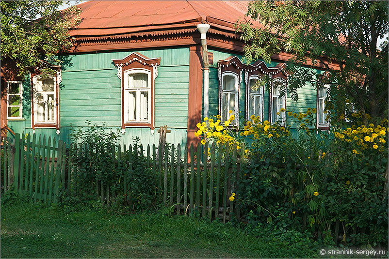 деревня Луковня старинный деревянный дом резные наличники палисадник цветы