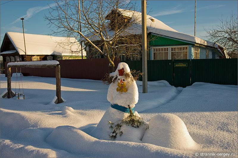 Зима деревня снеговик