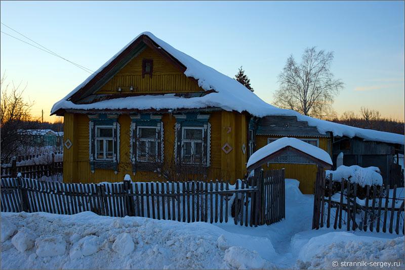 Зима деревенский дом, занесенный снегом