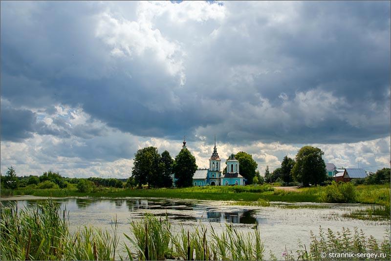 Облака храм луг озеро