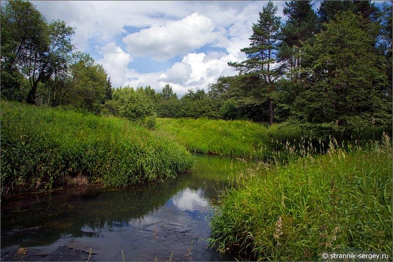 малая река облака зелные луга